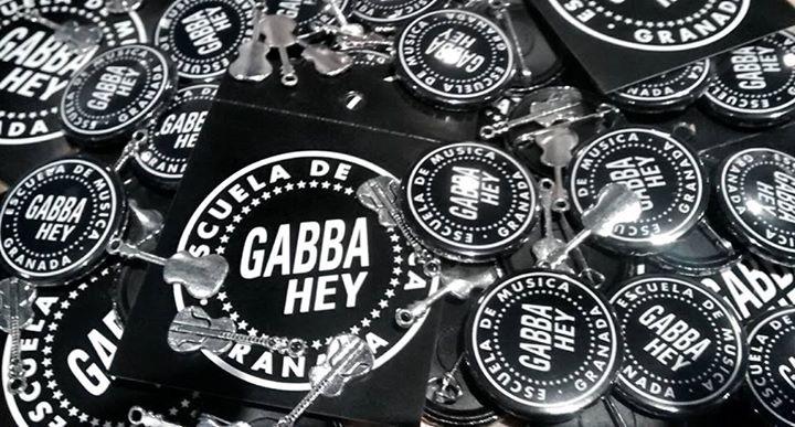 chapas y colgantes de Gabba Hey